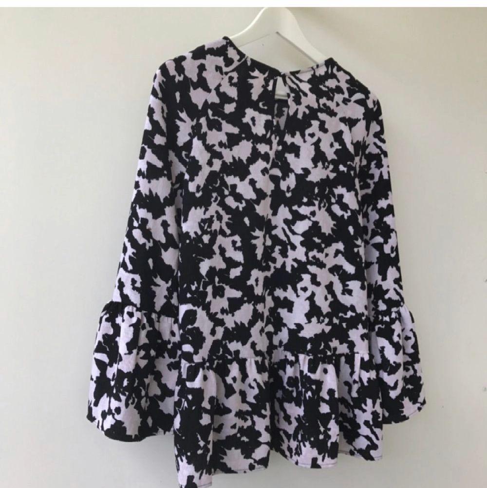 Superfin slutsåld blus med volang och vida ärmar i svart och vitt från H&M Trend. Helt slutsåld! Oanvänd!!. Blusar.