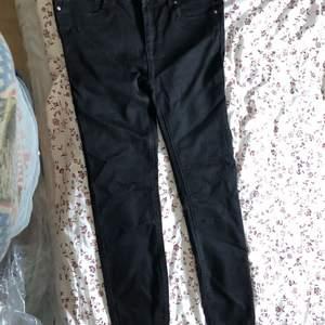 Svarta jeans från newyorker. Väldigt stretchiga. Passar M. Frakten är inkluderad