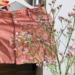 Supersöt rosa jeanskjol från weekday. Köpt för ca 3 år sen men inte använt den alls för att den inte riktigt är min stil. Den ska egentligen vara en A-modell, men syns inte riktigt på bilderna. Superfin, behöver kärlek igen!!!