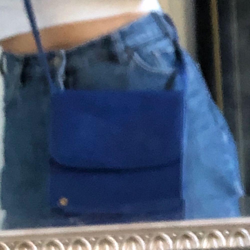 Fin, blå handväska i hyfsat skick (ingenting är sönder), finns ett innerfack, köparen betalar för frakt. Väskor.