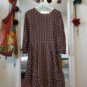 En jätte söt klänning från Dorothy Perkins. Fick den som present och den är tajt runt bröstet för mig. har bara provat och aldrig använt den. Frakt tillkommer.