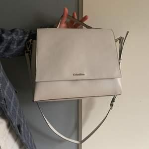 Skitsnygg Calvin Klein axelremsväska! Kostade 1200kr men startar budgivning från 500kr. Beige men har små knappt synliga smutsfläckar. Den har ett innerfack med dragkedja som syns på sista bilden.