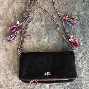 Mörkblå väska i mocka från Zadig voltaire 💖 Väskan har två band, ett kortare och ett längre, som man kan ta av och på. Du kan ha väskan på flera olika sätt beroende på vilken stil du vill ha. Mycket sparsamt använd 😆