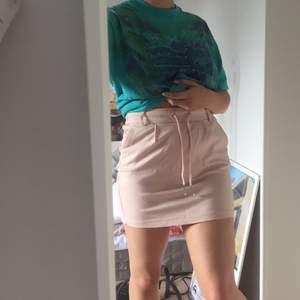 Säljer denna söta rosa kjolen från Only! Köpare står för frakt annars går det bra att mötas upp i Lund/Malmö 💕💕