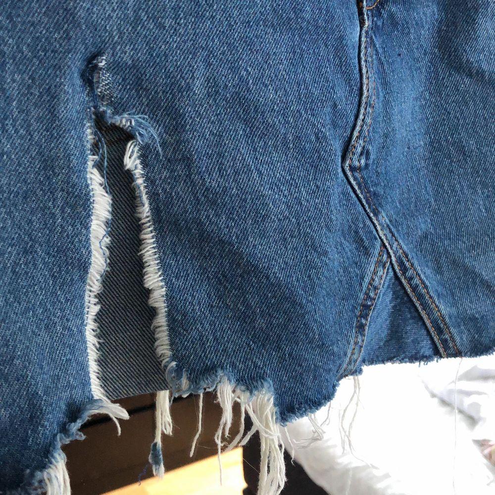 Jeanskjol från bershka med en liten slit, den är i storlek 38 men den är insydd, jätteenkelt att ta bort, det kan även jag göra innan plagget säljs om det föredras. Så just nu är det som storlek 34/36💖. Kjolar.