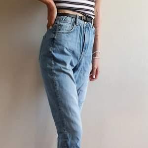 Snygga boyfriend jeans från Pieces, storlek M (sitter dock mer som S). Inte använda på ett bra tag då de är för stora för mig, därav i väldigt bra skick! Kan mötas upp i Uppsala/Stockholm, skickas annars mot fraktkostnad.🥰