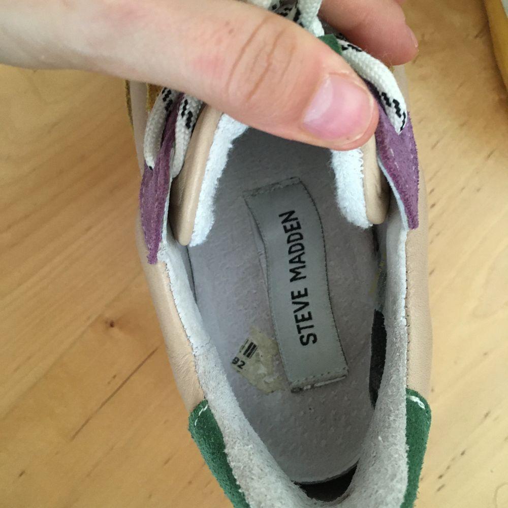 Steve Madden sneakers i strl 36. Sparsamt använda i härliga färger. Skickas mot frakt.. Skor.