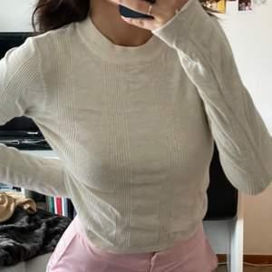Snygg långärmad tröja på stradivarius. Använd ett fåtal gånger. Säljes pga: kommer knte till användning. Frakt tillkommer🦋✨