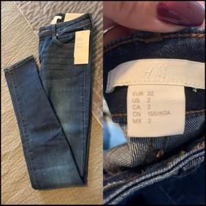 Jeans paket säljes i storlek 32/XS. Finns en svart till som nt finns med i bilder