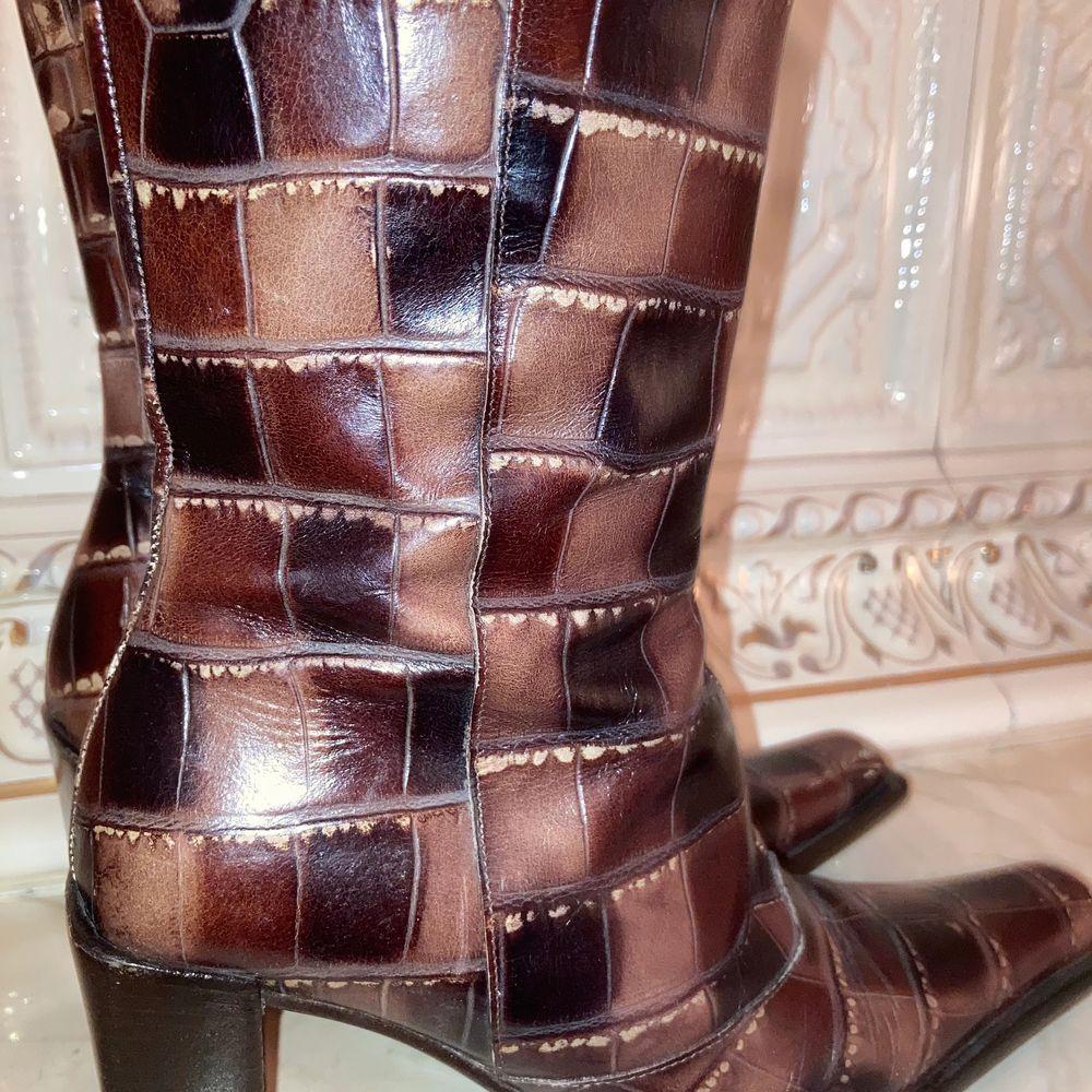 Obs: Bud på 400 Ink Frakt! Avslutas ikväll kl 8 ❣️Snyggaste spetsiga skorna i äkta skinn! 😍 Str 36. Köpta second hand men i bra skick. Är helt kär i dessa men säljer då dom är något små på mig som har str 37. Köpare står för frakt, annars kan vi mötas upp på Östermalm! 💕 . Skor.