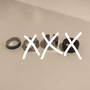 Säljer 4 olika ringar. En ring 30kr, alla fyra för 100! Budgivning vid flera intresserade. Köparen står för frakten