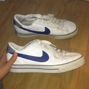 Jätte fina Nike skor som är använda cirka 2 gånger de är lite smutsig men det går säkert bort.  Storlek 40
