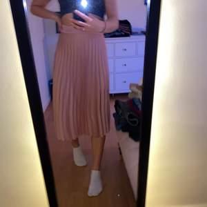 Superfin rosa plisserad kjol från Rut&circle. Köpt i början av sommaren och endast använd någon enstaka gång. Köparen står för frakt:)