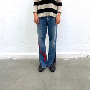 Levi's 501 secondhand-jeans med rött Iggy Jeans mönster. En re-make av @iggyjeans i samarbete Philippa Parnevik. OBS! Jeansen är små i storlek! Dessa motsvarar ca storlek L
