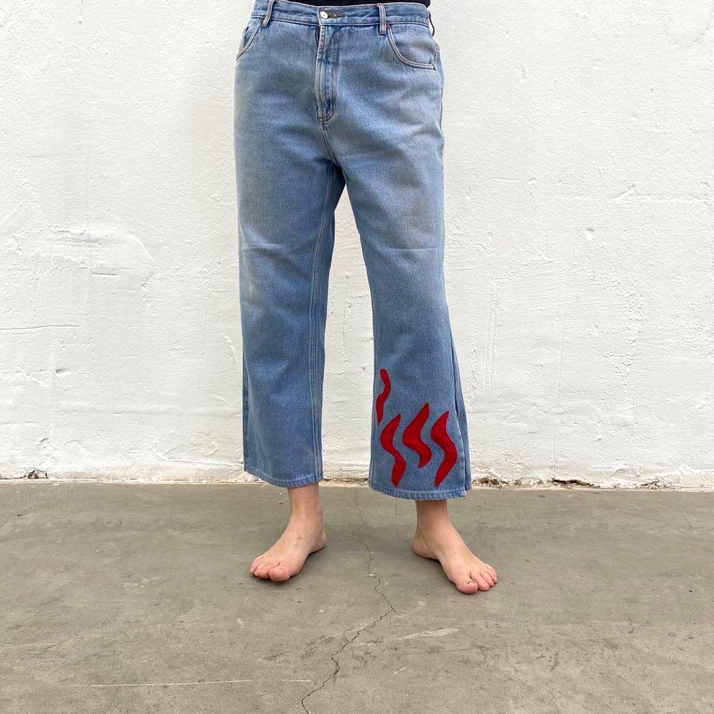 Secondhand-jeans med rött Iggy Jeans mönster. En re-make av @iggyjeans i samarbete Philippa Parnevik. OBS! Jeansen är små i storlek! Dessa motsvarar ca storlek XL-XXL . Jeans & Byxor.