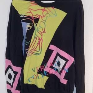 Äkta Versace tröja strl M, hjälper min pojkvän sälja den. Köpt för 3500kr. Kvitto finns (köpt på NK).