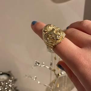 Säljer en cool lejon-ring. Använd några gånger men den har ej blivit rostig, utan i fint skick✨ Skriv vid intresse!