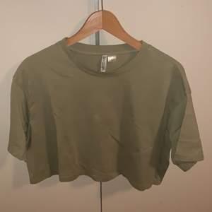 Vanlig croppad T-shirt i grön aldrig använd