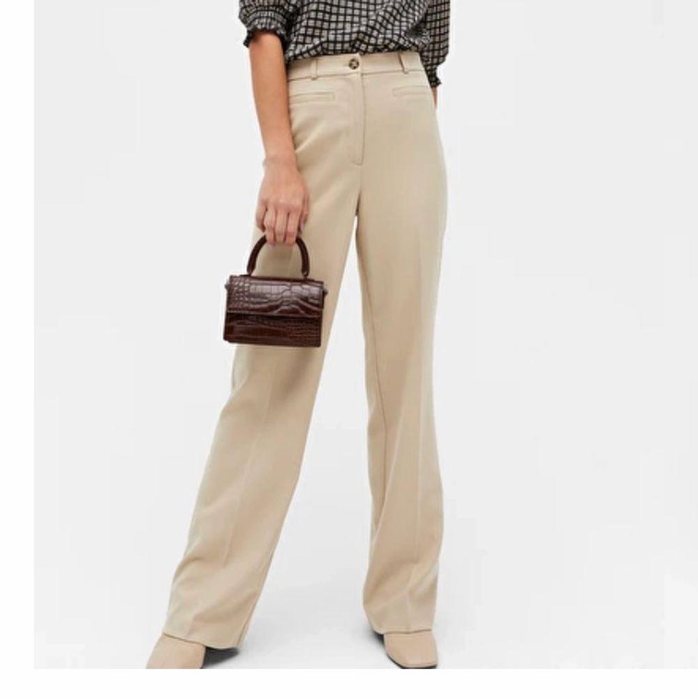 Söker!!! dem här byxorna från monki , i storlek 36 eller 38, vilken färg som.. Jeans & Byxor.