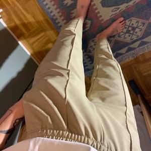 """Beiga sköna kostymbyxor från NAKD. Resår i midjan. Jag är 172 cm lång. Det insydda """"pressvecket"""" är även på baksidan. Inga fickor baktill"""