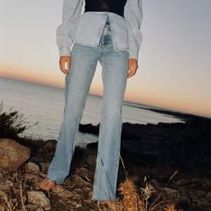 Helt nya jeans från Zara i modell 6045/226/400. Storlek 44 men skulle säga mer en 42. Det är full length på dem så det går lätt att klippa dem om de skulle vara för långa! Frakt tillkommer 🤍