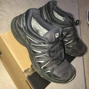 Säljer ett par Salmon skor som är köpta från rea delen för 1200kr i en affär som heter XXL i göteborg. De passar tyvärr inte eftersom de är lite för stora. De är sparsamt använda och är som nya.