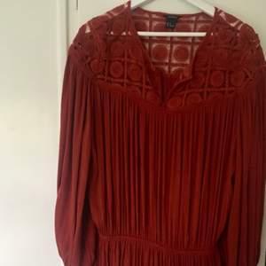 Jättefin klänning, knappt använd, slutar mitt på låret på mig som är 173cm
