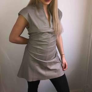 Grå läderklänning från STAND. Aldrig använd, köparen står för frakt :)
