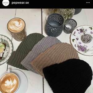 (Lånade bilder från @pepwear.se på instagram) Säljer finaste mössan från PEP WEAR i beige.