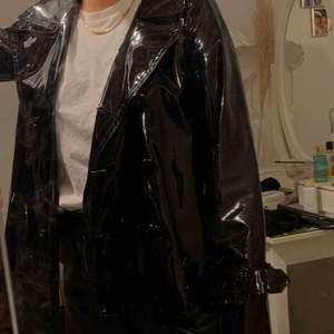 Svart lackad jacka Tunn - vår jacka  Aldrig använd dock köpt på second hand i New York Knappar på ena sidan fattas