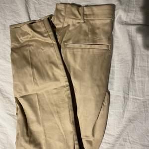 Beiga kostymbyxor från h&m, aldrig använda! Storlek 36