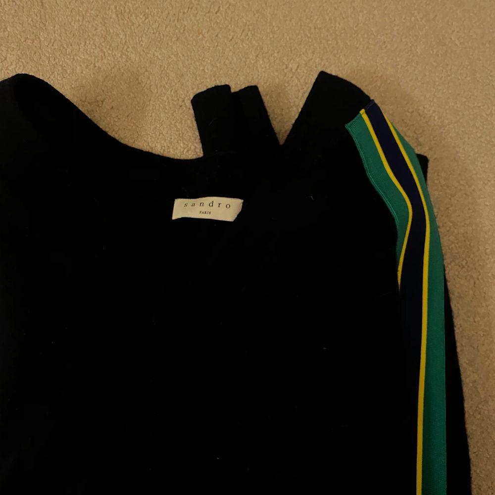 Kashmere tröja (marinblå) ifrån Sandro, köpt på butiken i Stockholm. Storlek 1 (motsvarar S) men funkar både större & mindre💘 Köparen står för eventuella fraktkostnader🌟. Stickat.