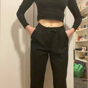 Svarta jättesköna kostymbyxor! De är pösiga upptill och är lite som mom-jeans och går nedåt till benen. Jag är 166cm och de går ner till fotanklarna. Använda en gång då jag redan har ett par kostymbyxor💗 Säger återigen super sköna!