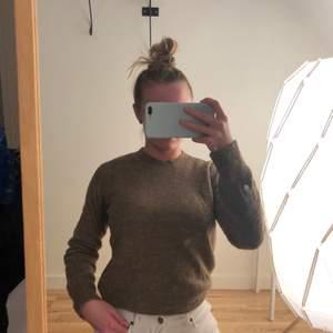 Grön/brun sweatshirt ifårn H&M i storlek S. Snygg och höstig färg 🤎🤎🤎 frakt ingår i pris