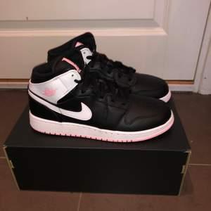 """Jordan 1 mid """"Arctic Pink Black"""". Nya, finns i storlek, 40. Ja de är äkta och ja, det finns kvitto."""