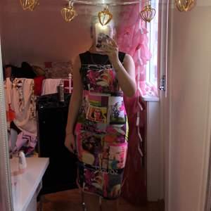 Jag säljer en färgglad klänning. Den är ganska lång. Som man kan se i sista bilden så är den lite genomskinlig precis där uppe.(priset kan diskuteras)
