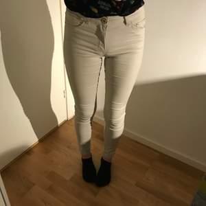 Vit/beiga jeans från H&m, har haft ett par andra jeans därifrån som inte hade den bästa kvalité och behövde kastas efter ett tag, men dessa är riktigt sköna och har bra kvalité. Ser dock inte så jätte fin ut med de och har haft på mig de typ 5-7 gånger så de är rätt så nya.