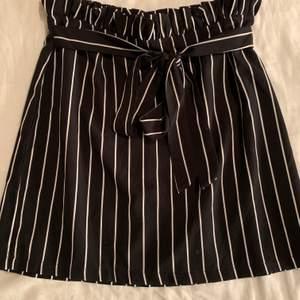 Svart/vit randig kjol från Shein 🖤 storlek M men är mer som XS/S, frakt tillkommer