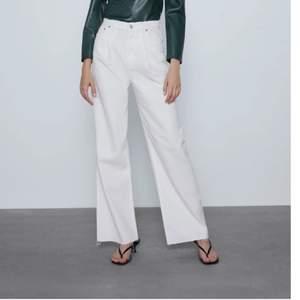 Vita, långa, och vida jeans från Zara i storlek 34. Resår i midjan bak, men syns inte.