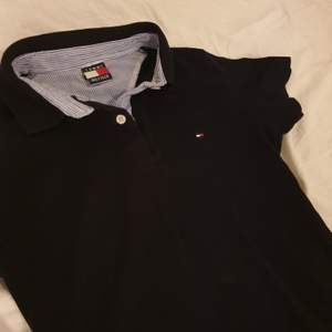 Jätte fin Tommy hilfiger tröja/skjorta. Ass söt!! Säljer för använder inte :( Fin kvalite! (Vet inte varför andra bilden blev upp och ner haha) äkta såklart