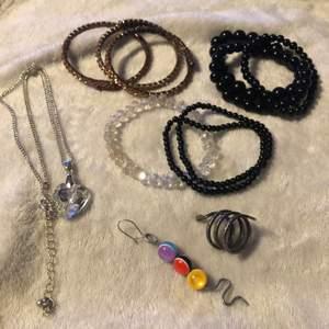Olika smycken.💙Kolla in andra smycken på min sida så kan vi komma överens om paketpris. Kontakta mig så diskuterar vi pris! Armbandet med glaspärlor och ett svart pärlarmband är slut!