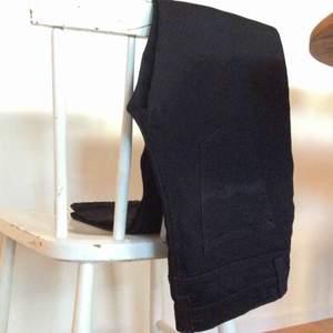 Ett par ekologiska helt oanvända jeans från nudie jeans co.