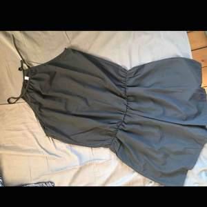 2 helt nya svarta jumpsuits, båda i storlek L. Båda för 120kr eller en för 65kr🌹 kom med egna bud!!  Skicka för bättre bilder✨