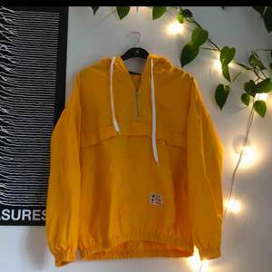 superfin, gul windbreaker! väldigt lätt och luftig ☀️oanvänd / i perfekt skick :) frakt: 59kr