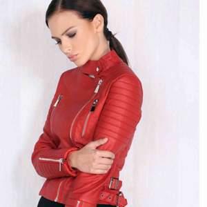 Nya jackor! Chiquella jacka motorjacket med lapp kvar. Nypris 699kr  pris 400kr. Stay Bomberjacka i rosa färg nypris 599 pris 300kr.