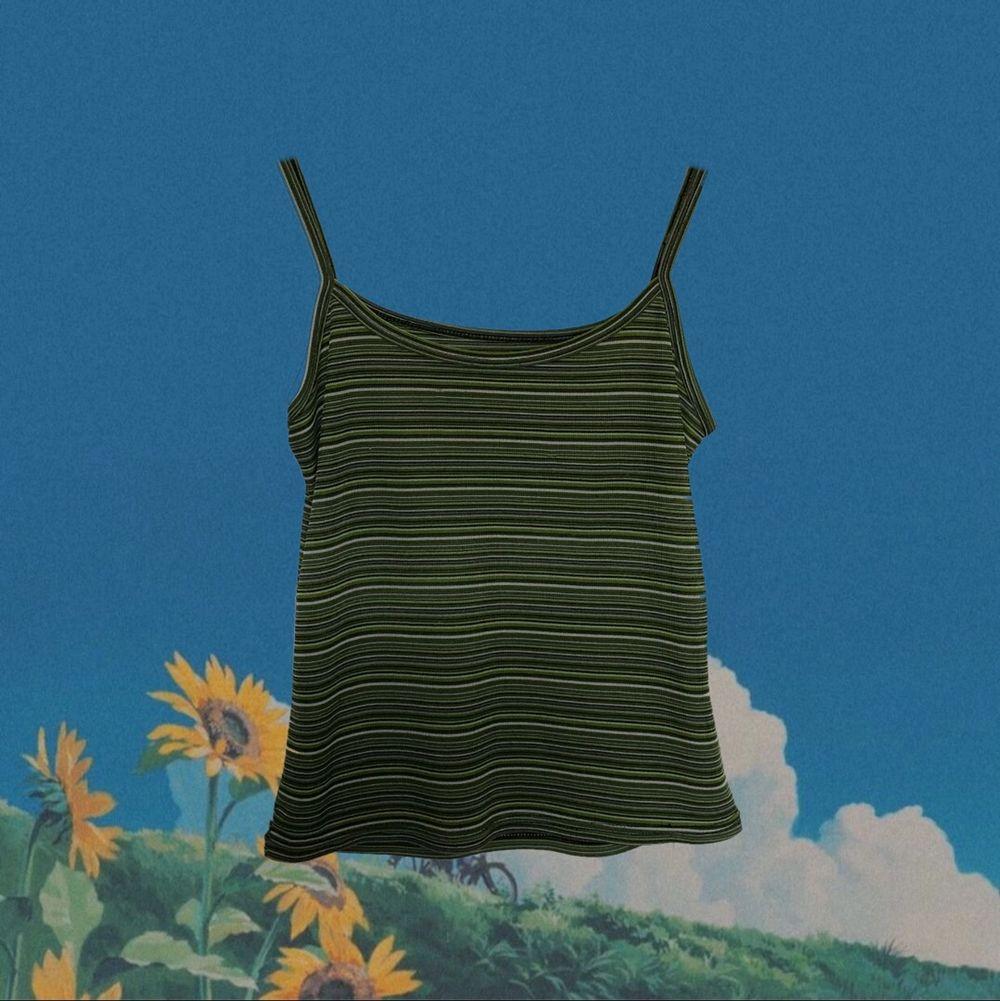 Snyggt grönt randigt linne, är i bra skick utan skador och har använts sparasamt. Köparen står för frakten :). Toppar.
