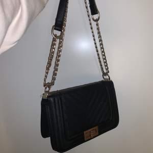 En jättefinaxelväska från zalando. Säljer eftersom jag precis köpt en ny. Lite rostig annars i nyskick!