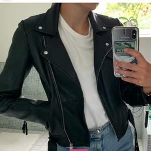Supersnygg skinnjacka från Zara som jag köpte på plick men som tyvärr var lite för tight för min smak☺️ storlek M, men passar även XS/S beroende på hur man vill att den ska sitta😇 250&, köparen står för frakt😃