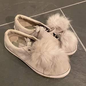 Sneakers i storlek 36, Guess!