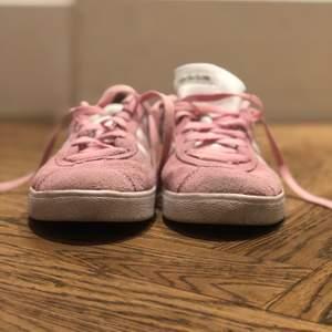 Adiddas skor, storlek 35. Inte så använda, i bra skick